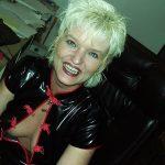 dominante Hausfrau sucht devoten Jüngling