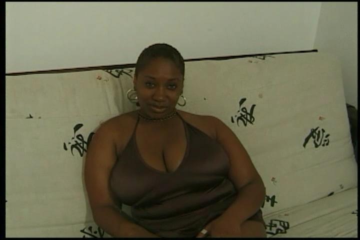 mollige dunkelhäutige Frau mit großen Brüsten