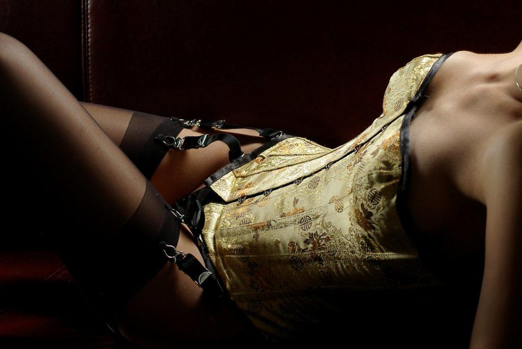 kopflose Frau im sexy Korsett